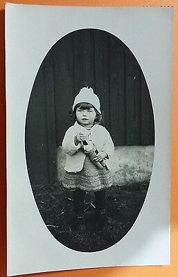 Anonymous people vintage postcard: Baby girl, unposted.