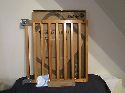 NEW SAFETY 1st  WOODEN SIMPLY PRESSURE XL SAFETY BARRIER.