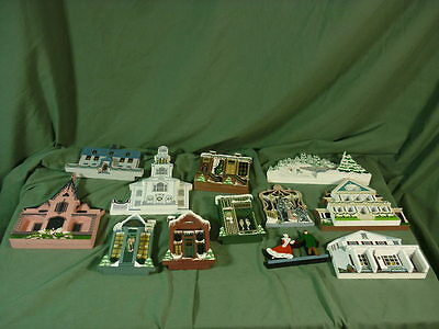 Lot 12 Shelia`s Collectibles Christmas House + Decorations 17B008