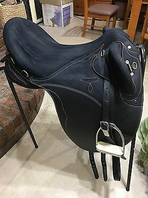 NEAR NEW Wintec Pro Stock Saddle large 17""