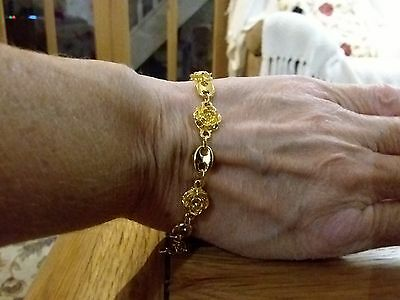 Brand new gold tone pretty Bracelet with multiple flowers and gift box