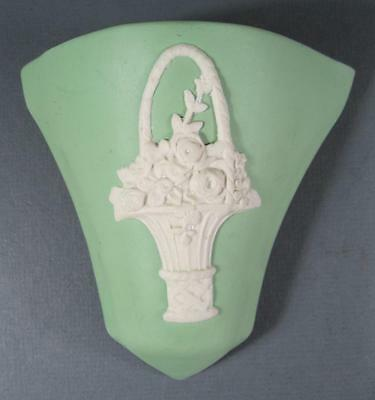 Vintage deco 1940s Ecanada Art Pottery ceramic wall pocket/vase green jasperware