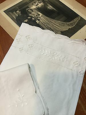 MAGNIFICENT VINTAGE TABLECLOTH & SERVIETTES New! Never Used! Embroidered White