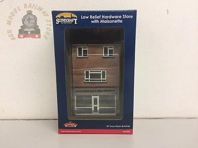 Bachmann 44-256 Low Relief Hardware Store with Maisonette - OO Gauge