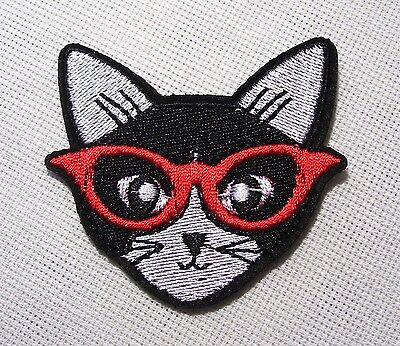 ÉCUSSON PATCH BRODÉ thermocollant - TÊTE CHAT NOIR LUNETTE ROUGE ** 6 x 6 cm **