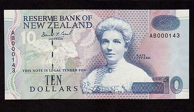New Zealand, 10 Dollars 1992, P-178a, UNC * Low Serial Number * Green ducks *