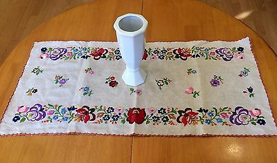Very Good Quality Beautiful Vintage Linen Hand Embroidered Tablecloth