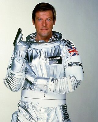 """Roger Moore As James Bond 007 In """"moonraker"""" - 8X10 Publicity Photo (Zy-886)"""