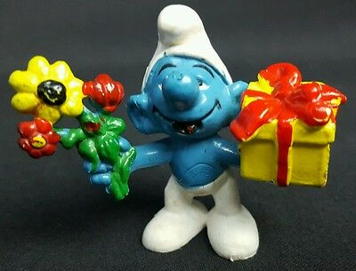 Vintage Smurfs Smurf w/ gift and flowers SCHLEICH 1980 PEYO MADE IN HONG KONG