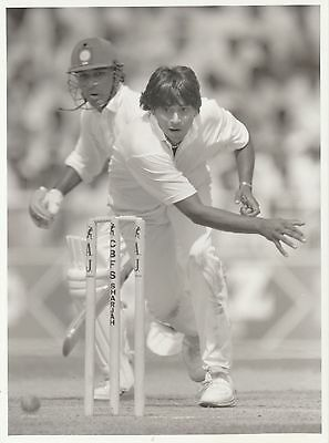 AAQIB JAVED (Pakistan) black and white cricket press photograph... Sharjah 1991