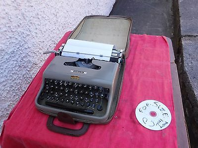 Vintage  Olivetti   Lettera   22  Typewriter With  Case.
