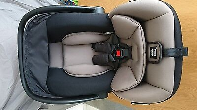 Mountain Buggy Protect Infant Carrier (capsule) - Black & Silver - near NEW