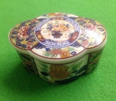 Small Amari Type Porcelain Box With Lid
