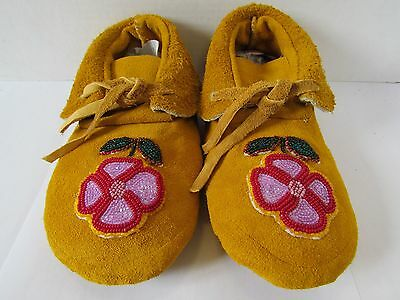 Beautiful Native American Moccasins ,beaded Flowers Authentic 8.5 Inches Unique