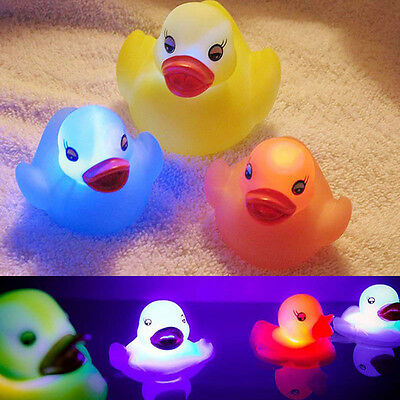 1 x Flashing Rubber Duck Random Color LED Light Up Bath Tub Time Toy Kids Baby