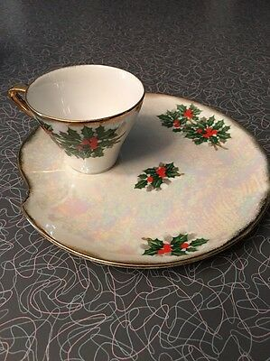 8 New Vintage Ucagco Holly Christmas Snack Luncheon Plates & cups Lusterware