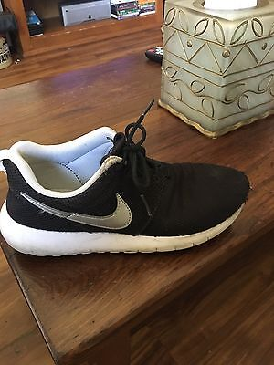Black and gray Nike roshe youth size 4.5