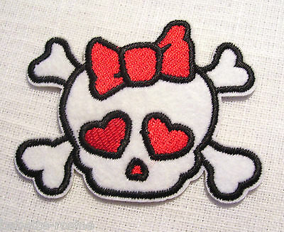 ÉCUSSON PATCH thermocollant - TÊTE de MORT PIRATE NOEUD COEUR ** 7,5 x 6 cm **