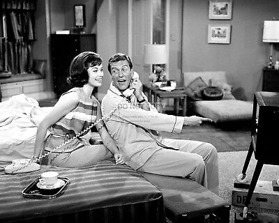 Dick Van Dyke And Mary Tyler Moore On Set - 8X10 Publicity Photo (Zy-809)