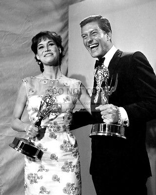 Mary Tyler Moore & Dick Van Dyke Hold Emmy Awards In 1966 - 8X10 Photo (Zy-813)