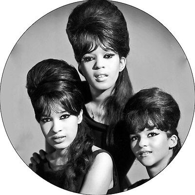 CHAPA/BADGE THE RONETTES . pin button supremes phil spector ronnie vandellas