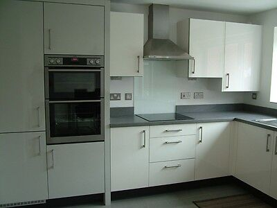 High gloss white kitchen units excellent condition east for Cream kitchen carcasses
