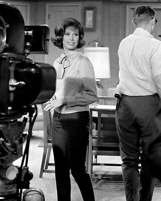 "Mary Tyler Moore On Set ""the Dick Van Dyke Show"" - 8X10 Publicity Photo (Zy-841)"