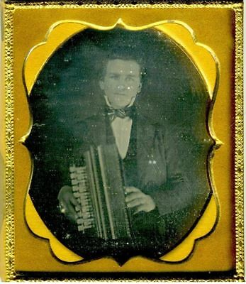 PHOTOGRAPHY – DAGUERREOTYPE - 1/6 PL. MAN WITH ACCORDIAN. 1850's