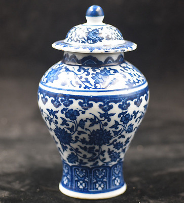 Chinese Antique Hand-painted blue and white porcelain vas qianlong