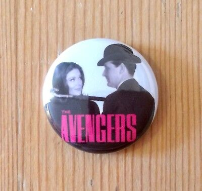THE AVENGERS - EMMA PEEL / JOHN STEED - 1960s TV SHOW - BUTTON PIN BADGE (25mm)