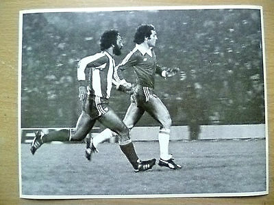 Press Photo- Moscoso & Paraguay's Aufich; Players in Action to Goal
