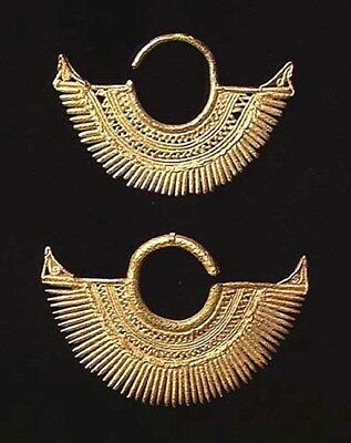 **8894.PAIR OF FINE SINU GOLD EARRINGS. Colombia, ca. 800-1500 AD.