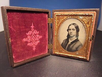 Daguerreotype 1/9 plate woman with brooch  ornate frame good condition