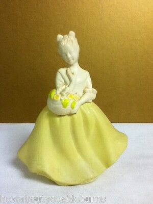 Avon VINTAGE COLLECTIBLE YELLOW LADY UNFORGETTABLE FULL DECANTUR BOTTLE YQ2