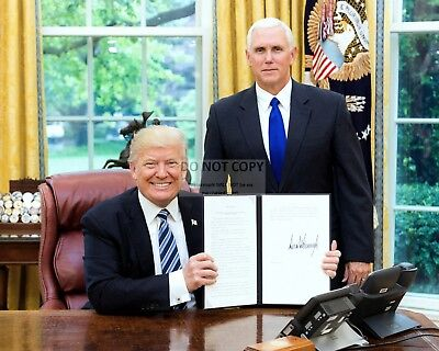 Donald Trump With Vice-President Mike Pence In Oval Office - 8X10 Photo (Op-467)