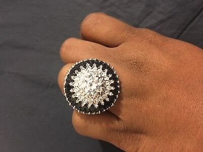 Beautiful Fashion ring black with glass stones in the center size 8 see pictures