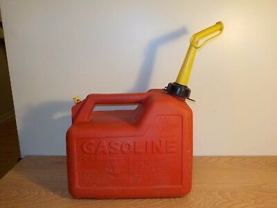Vintage Chilton Gas Can Vented 2 1/2 Gallon Model P25