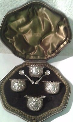 Antique Cased Set of 4 Silver Salt Dishes & 2 Silver Spoons - London 1901.