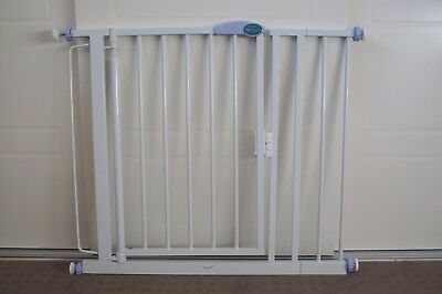 """Love n Care"" auto close child safety gate – Gate 2"