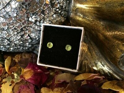 BARGAIN! Natural Apple-green Peridot 4mm surgical steel claw stud earrings 🍏