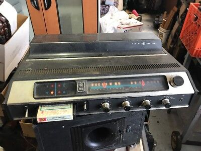 TOTALLY RETRO GENERAL ELECTRIC SC2200B 8 TRACK PLAYER WITH AM/FM w/AUX WORKING