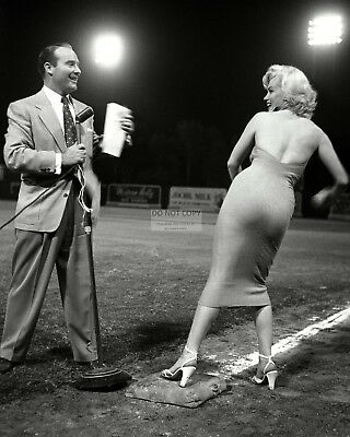 Ralph Edwards And Marilyn Monroe In 1952 - 8X10 Publicity Photo (Ab-366)