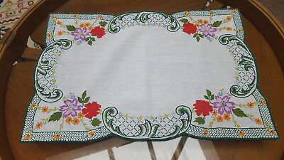 BEAUTIFUL  1950's /1960's VINTAGE LINEN HAND EMBROIDERED TRAY CLOTH