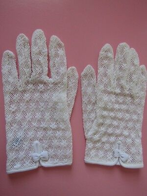 Vintage White Lace Gloves, Floral Pattern, Size Small, Very Nice Condition.