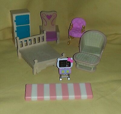 8 Pc Lot of Miniature Dollhouse Wood/Plastic Kitchen Bed/Living Room Furniture