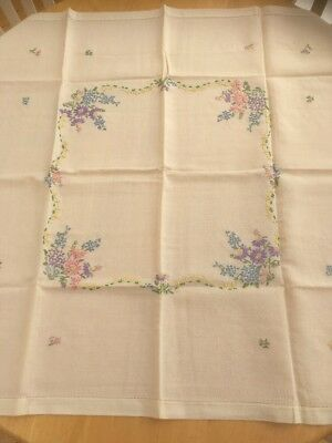 VINTAGE LINEN HAND EMBROIDERED TABLECLOTH Very Pretty