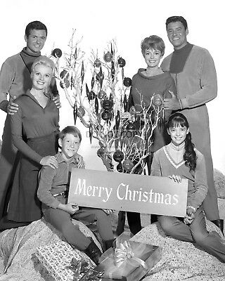 """""""Lost In Space"""" Cast From The Tv Show - 8X10 Christmas Publicity Photo (Aa-372)"""