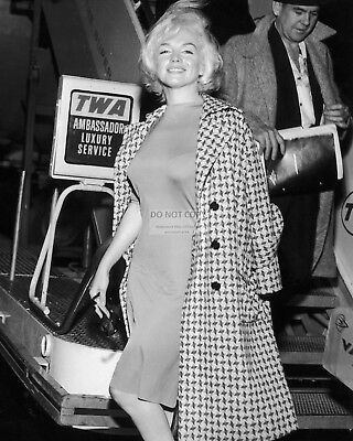Marilyn Monroe At The Vancouver Airport In August, 1953 - 8X10 Photo (Ab-000)