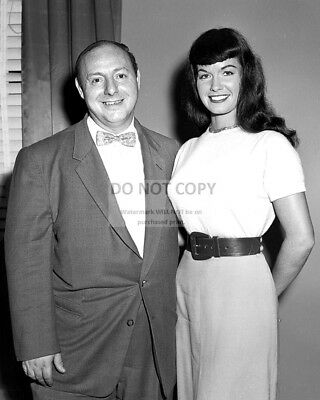 """Bettie Page With """"Pin-Up King"""" Irving Klaw - 8X10 Publicity Photo (Ab-109)"""