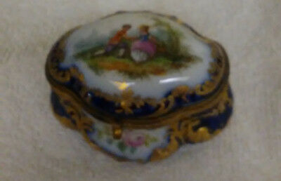 SEVRES PORCELAIN COURTING COUPLE SNUFF BOX circa 1900 - 1910